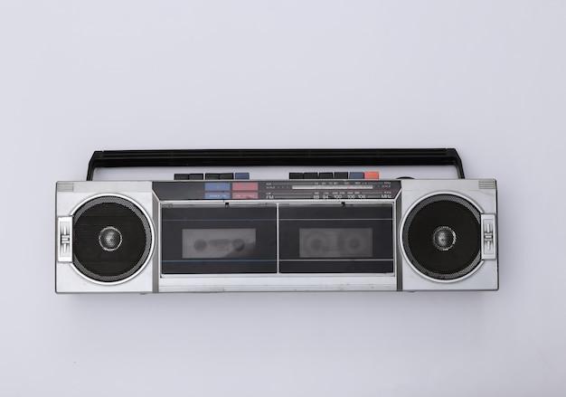 흰색 배경에 80 년대 레트로 구식 휴대용 스테레오 라디오 카세트 레코더. 평면도