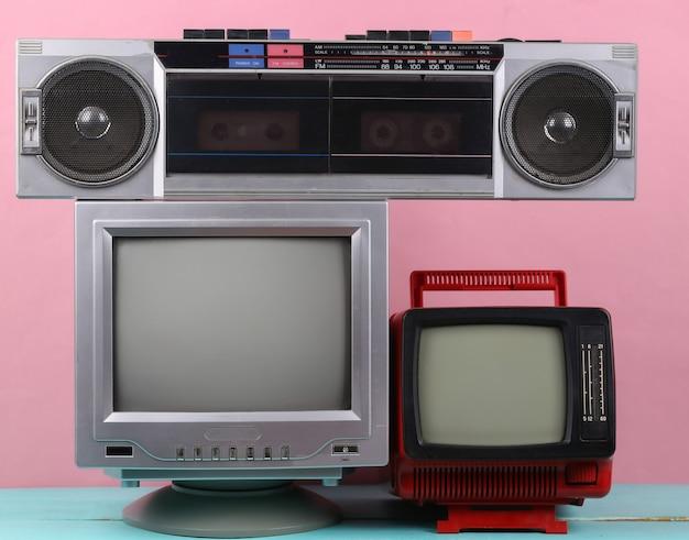 80년대 복고풍의 구식 휴대용 스테레오 라디오 카세트 레코더, 분홍색 배경에 설정된 tv. 속성 80년대, 레트로 미디어, 엔터테인먼트