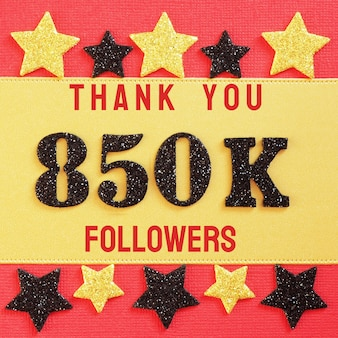 850k、850000人のフォロワーに感謝します。赤と金に黒の光沢のある数字のメッセージ