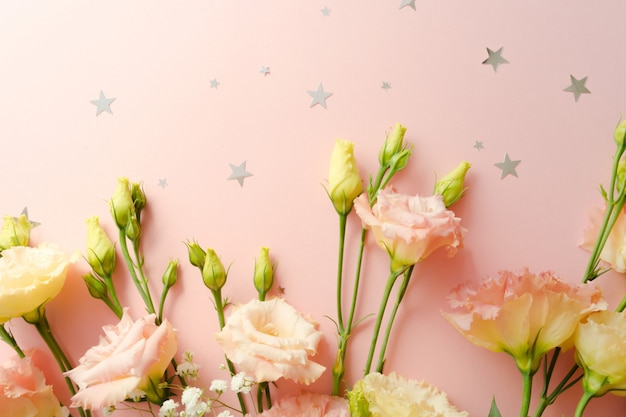 Красивая цветочная композиция. цветут розовые эустомы лизиантуса с букетом. концепция доставки цветов. 8 марта, шаблон поздравительной открытки. выборочный фокус. элемент декора.