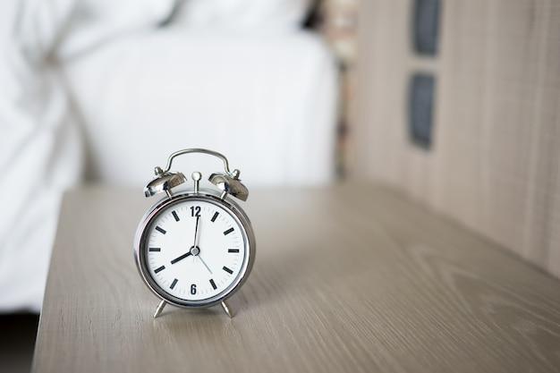 午前8時の目覚まし時計。目を覚ます