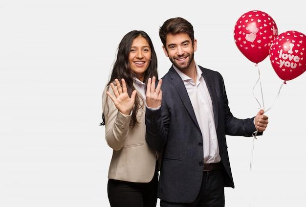 番号8を示すバレンタインデーの若いカップル