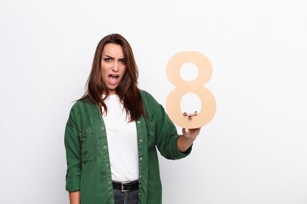 Сердитая женщина, держащая номер 8
