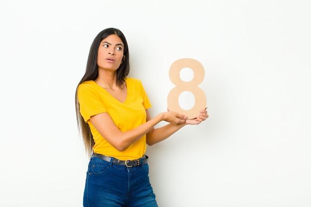 Удивленная женщина с номером 8