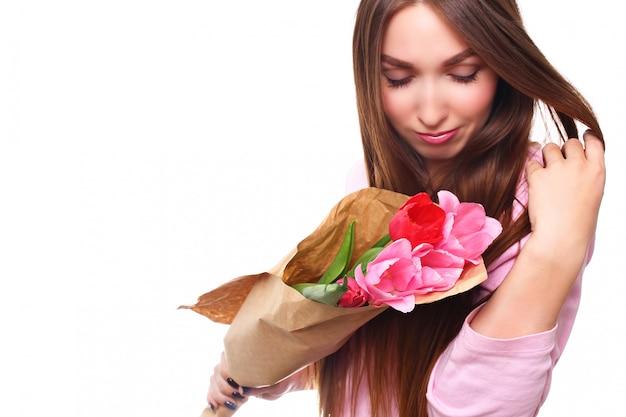 Счастливый женский портрет с тюльпанами, изолированные на белом фоне. 8 марта