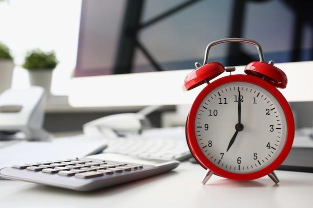 朝の8に設定された赤い目覚まし時計