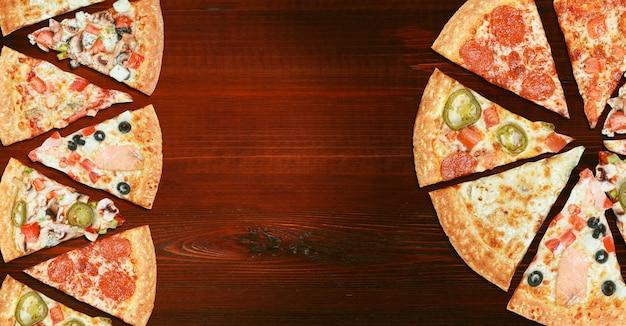 選択と多様性の木製テーブルメニュー概念上の8つの異なるピザのミックス