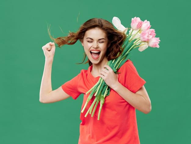 Женщина в красивом платье с цветами на 8 марта, подарки цветы на светлом фоне ко дню святого валентина