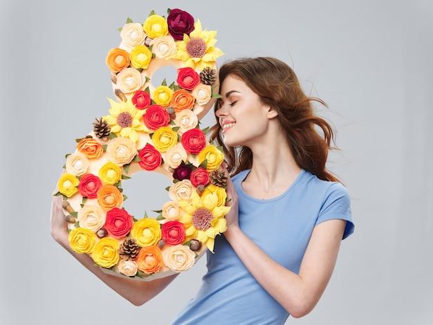 女性が花の花束、数8、女性の日でポーズ