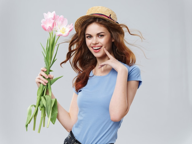Женщина в красивом платье с цветами на 8 марта дарит цветы свет космического дня святого валентина