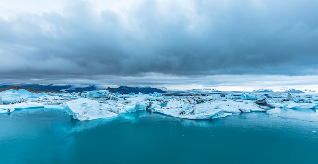 8月に凍ったヨークルスアゥルロゥン湖の全景。アイスランド