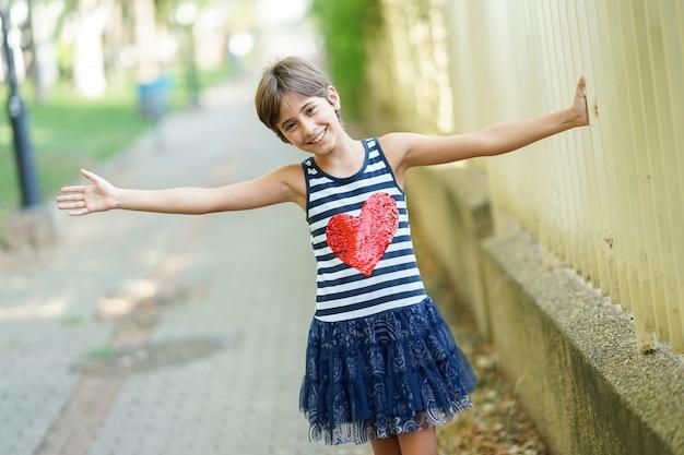 屋外で楽しんでいる小さな女の子、8歳。