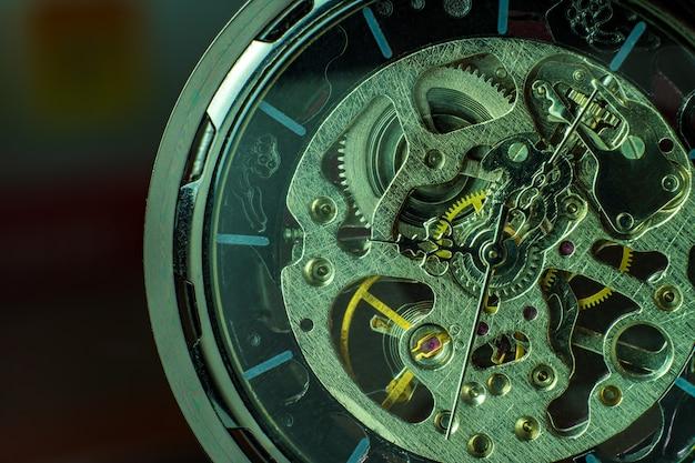 Крупный план карманные часы на столе и солнечного света. в 8 утра. в час ночи. концепция начала работы сегодня.