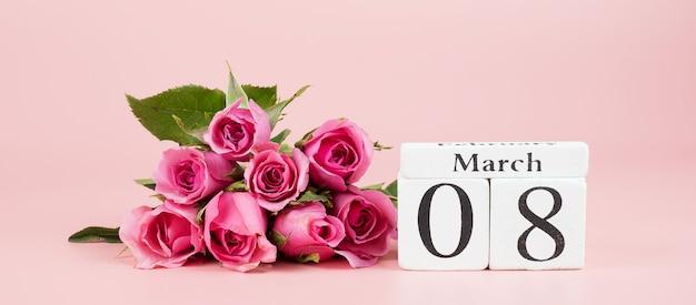 Розовый цветок розы и 8 марта календарь с копией пространства для текста. концепция любви, равноправия и международного женского дня