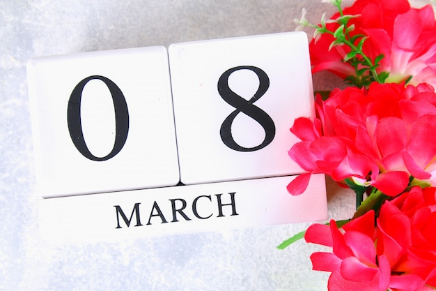 8 марта, международный женский день. деревянный вечный календарь и розовые цветы