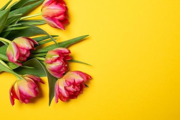 Валентина день матери 8 марта весенние розовые тюльпаны на желтом