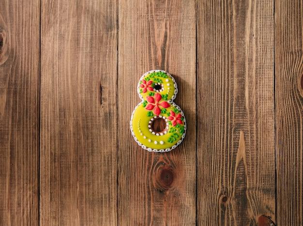 8つの母親の日木製の背景を氷結する休日のクッキー
