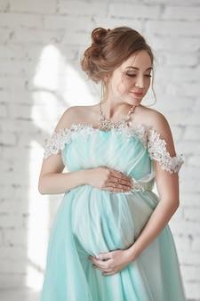 子供の誕生を待つ、女8か月
