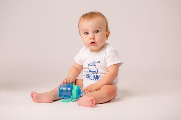 白い背景の上の8ヶ月の赤ちゃん