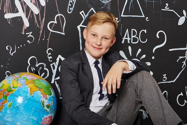 児童男子生徒が9月1日に学校で勉強し、世界教師の日