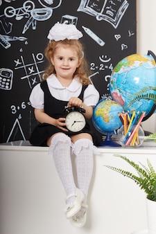 子供の女子生徒が学校で9月1日、学習の最終日、レッスン間の変更