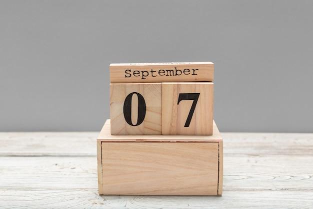 9月7日。木製のテーブルに9月7日木製色カレンダーのイメージ。秋の日。テキスト用の空きスペース