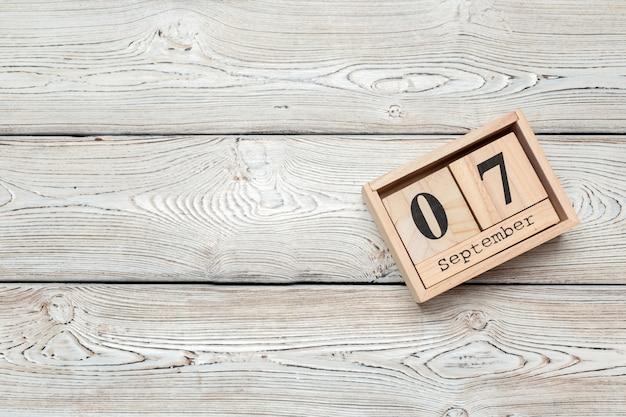 9月7日。木製のテーブルに9月7日木製色カレンダーのイメージ。秋の日。空きスペース