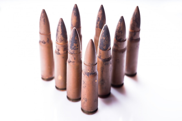 白い背景で隔離の銃のための9 mmの弾丸。