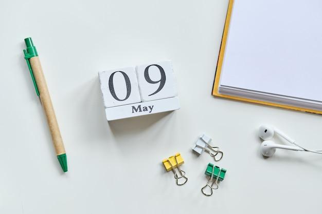 9-ое мая концепция календаря месяца на деревянных блоках.