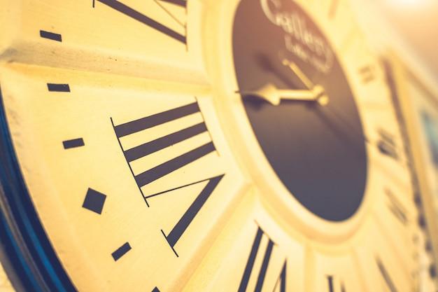 9시 방향,15분에서 9시 방향을 보여주는 시계판 클로즈업.