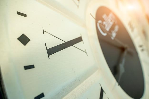 9시 시계,9시까지 55분을 보여주는 시계판 클로즈업.