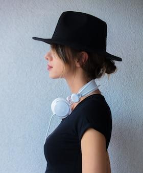 帽子と90年代スタイルの服の若い女性