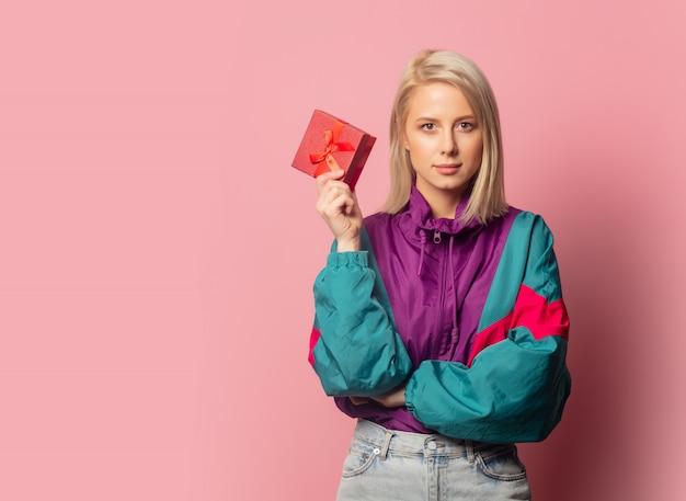 Красивая блондинка в одежде 90-х с подарочной коробкой