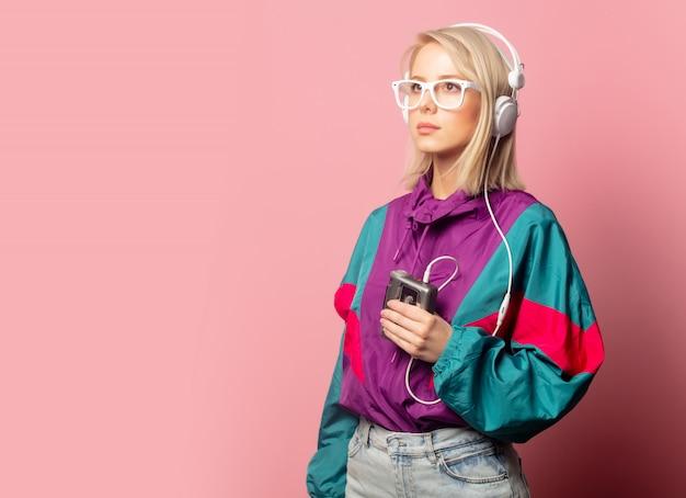 Женщина в одежде 90-х с наушниками