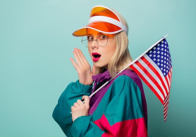 アメリカの国旗とメガネで90年代のスポーツスーツで美しい女性
