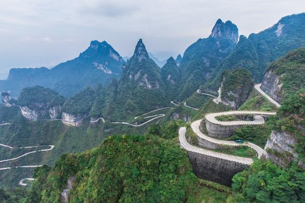 天国連通99通りの曲がりくねった道は天の門への道zhangjiagie tianmen mountain china
