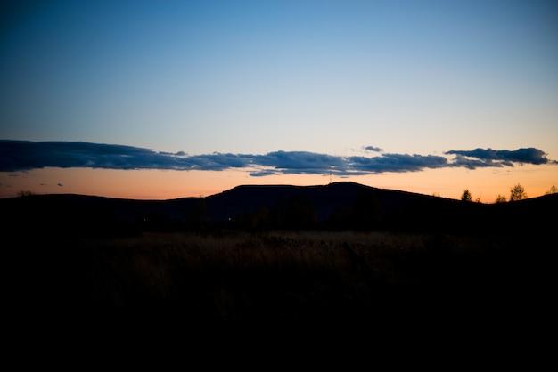 日没時の夜の風景、フィールド、ウラル、9月に暖かい日光