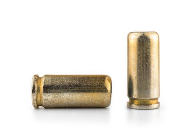 白い背景で隔離されたピストルのための9mmの弾丸、銃のクローズアップ写真のためのカートリッジ