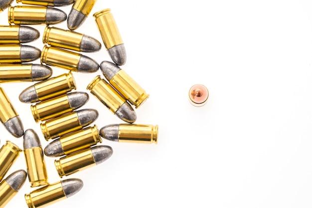 흰색 배경에 총을위한 9mm 총알