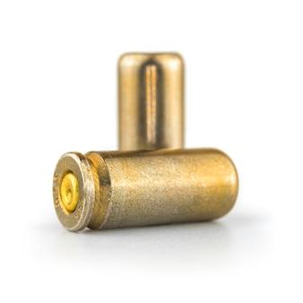 白い背景の上の9mmピストル弾、クローズアップと高詳細写真