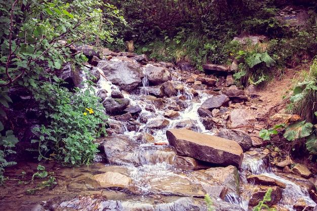 Река падает каскадом вниз