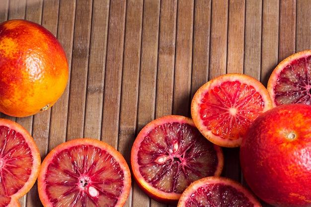 Деревянный полосатый фон из нарезанных сицилийских апельсинов