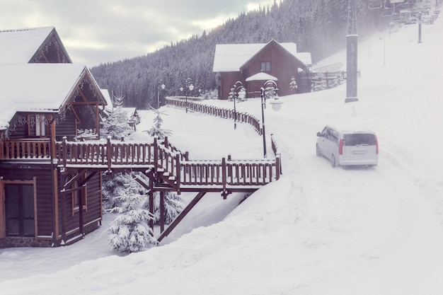 山の冬の街