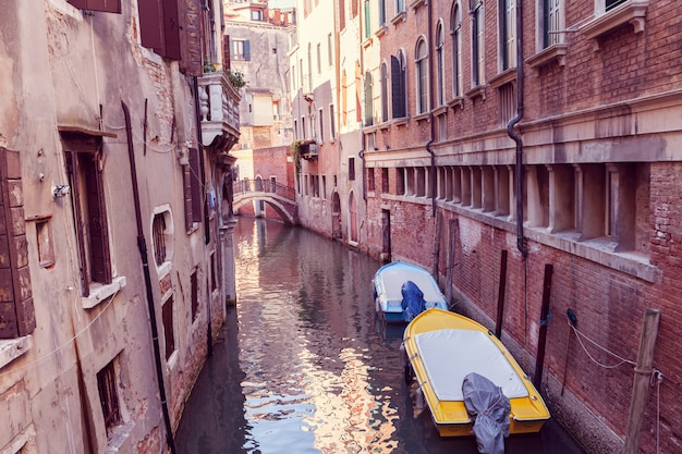 ヴェネツィアの狭い運河