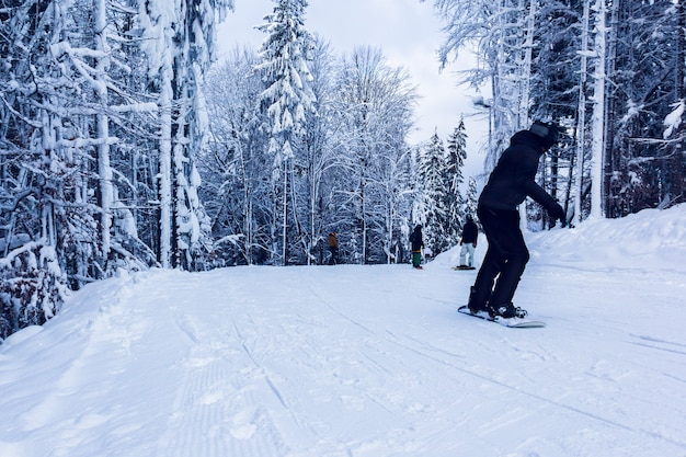 Сноубордисты на холме