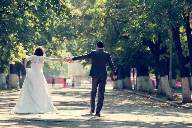 手をつないで花嫁と花婿