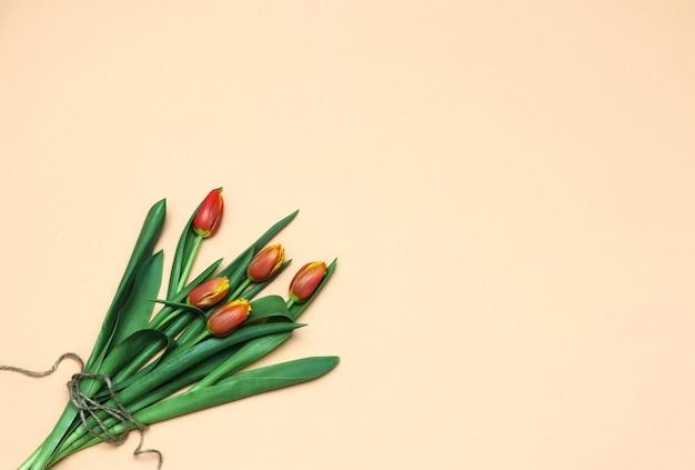 Весенняя квартира лежала букет из тюльпанов