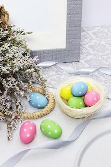 テーブルの上の花とイースターエッグ