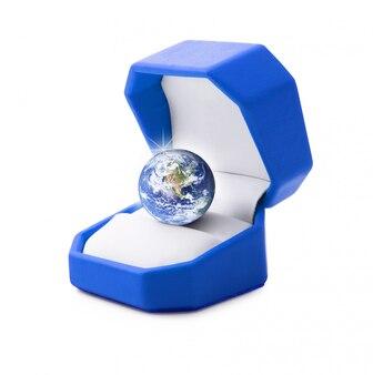 白い背景の上の宝石のような惑星地球