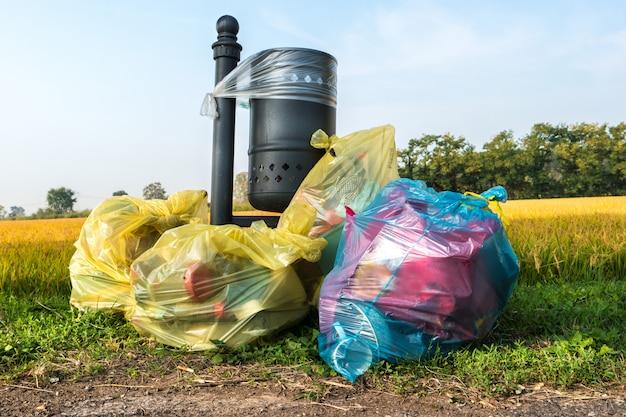 Заброшенные мешки для мусора возле газона